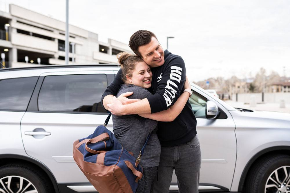 Doula and husband hug at the arrival to the hospital